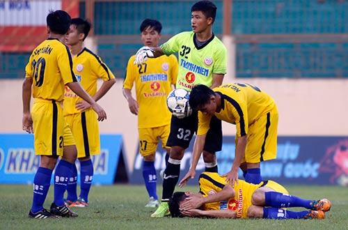 """VCK U19 QG: """"Đàn em"""" Văn Quyết bị đuổi vì chơi xấu - 2"""