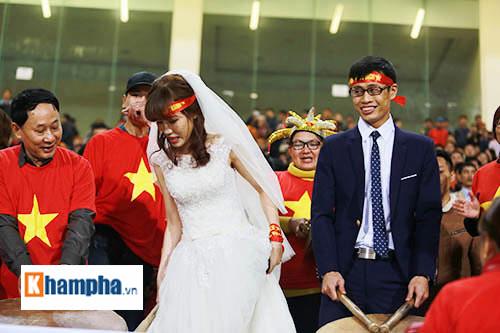 """Việt Nam đại thắng, cặp đôi làm """"đám cưới"""" ngay ở Mỹ Đình - 3"""