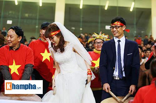"""Việt Nam đại thắng, cặp đôi làm """"đám cưới"""" ngay ở Mỹ Đình - 4"""