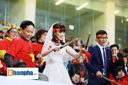 """Việt Nam đại thắng, cặp đôi làm """"đám cưới"""" ngay ở Mỹ Đình - 6"""