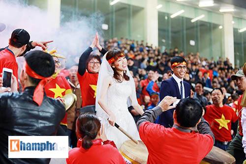 """Việt Nam đại thắng, cặp đôi làm """"đám cưới"""" ngay ở Mỹ Đình - 9"""