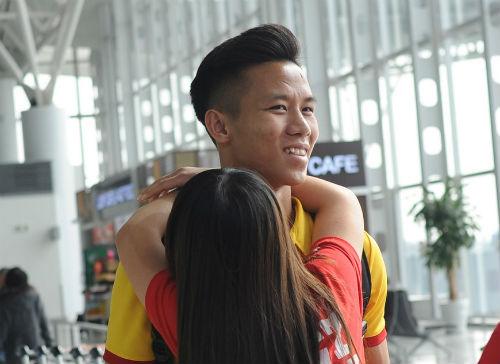 ĐTVN: Fan nữ ôm chầm khiến Văn Toàn, Ngọc Hải đỏ mặt - 1