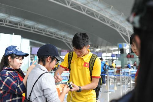 ĐTVN: Fan nữ ôm chầm khiến Văn Toàn, Ngọc Hải đỏ mặt - 4