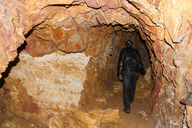 Mục sở thị nơi bí thư huyện đào núi làm... hầm rượu - 5