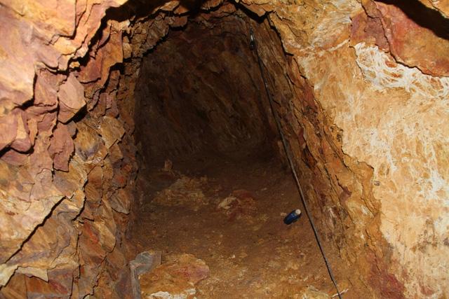 Mục sở thị nơi bí thư huyện đào núi làm... hầm rượu - 6