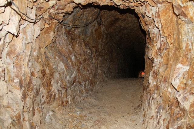 Mục sở thị nơi bí thư huyện đào núi làm... hầm rượu - 7