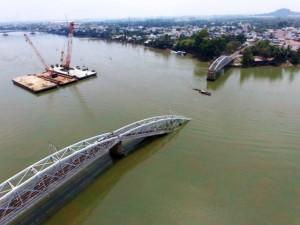 Tin tức trong ngày - Chùm ảnh: Sẵn sàng trục vớt nhịp cầu Ghềnh từ đáy sông