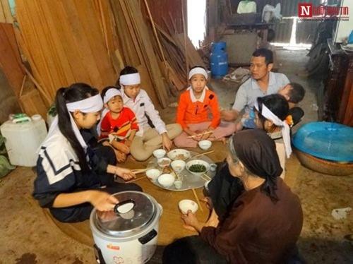 Những bữa cơm đẫm nước mắt của 6 đứa con mồ côi - 1