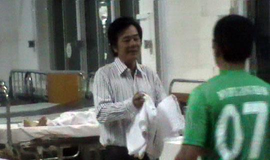 Giám đốc bệnh viện giải cứu bệnh nhân khỏi đám cháy - 1