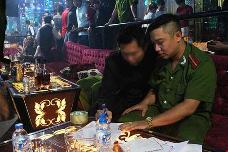 Cảnh sát đột kích vũ trường hơn 700 khách chơi giữa đêm khuya - 10
