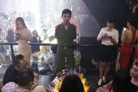 Cảnh sát đột kích vũ trường hơn 700 khách chơi giữa đêm khuya - 3