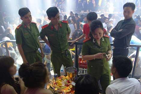 Cảnh sát đột kích vũ trường hơn 700 khách chơi giữa đêm khuya - 4