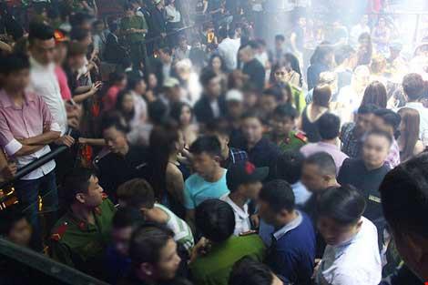 Cảnh sát đột kích vũ trường hơn 700 khách chơi giữa đêm khuya - 5