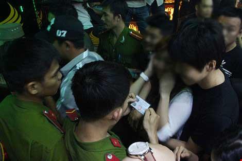 Cảnh sát đột kích vũ trường hơn 700 khách chơi giữa đêm khuya - 6