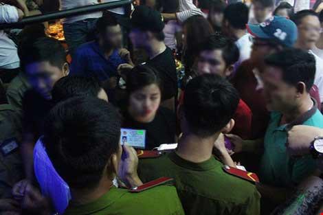 Cảnh sát đột kích vũ trường hơn 700 khách chơi giữa đêm khuya - 7