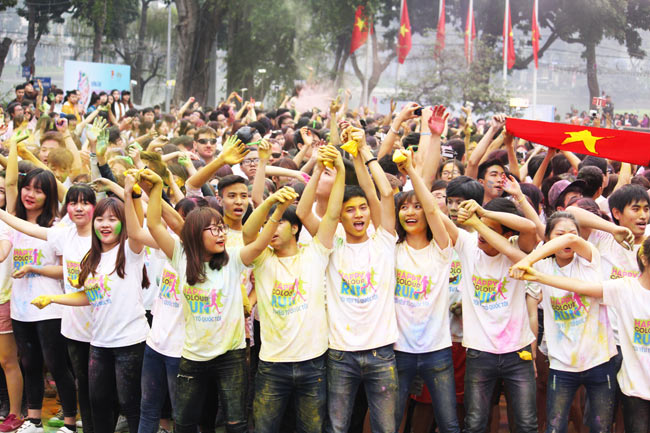 Giới trẻ thích thú ném bột màu chạy quanh Hồ Gươm - 1