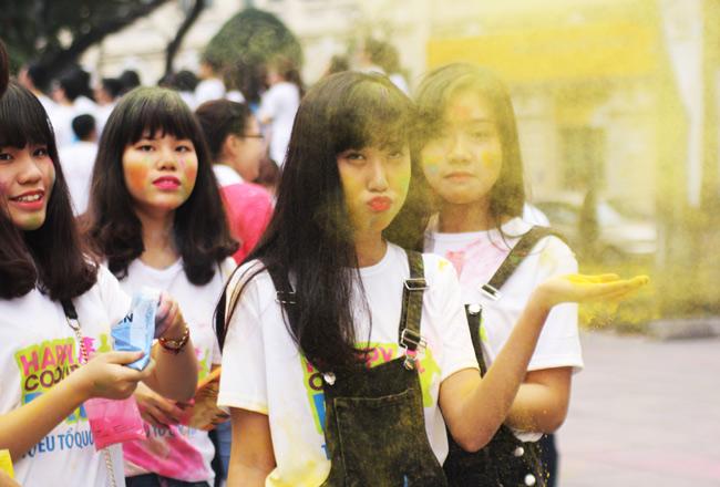 Giới trẻ thích thú ném bột màu chạy quanh Hồ Gươm - 3