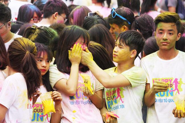 Giới trẻ thích thú ném bột màu chạy quanh Hồ Gươm - 5