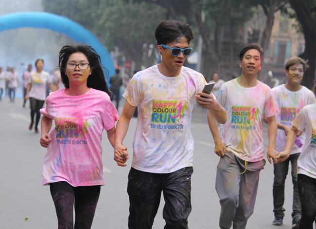 Giới trẻ thích thú ném bột màu chạy quanh Hồ Gươm - 6