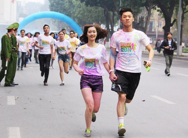 Giới trẻ thích thú ném bột màu chạy quanh Hồ Gươm - 7