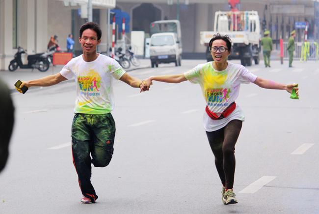 Giới trẻ thích thú ném bột màu chạy quanh Hồ Gươm - 9