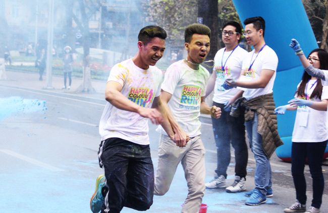 Giới trẻ thích thú ném bột màu chạy quanh Hồ Gươm - 10