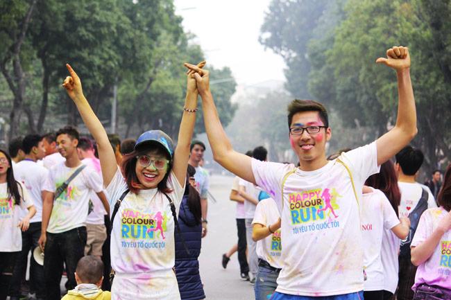 Giới trẻ thích thú ném bột màu chạy quanh Hồ Gươm - 11