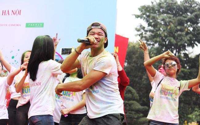 Giới trẻ thích thú ném bột màu chạy quanh Hồ Gươm - 12