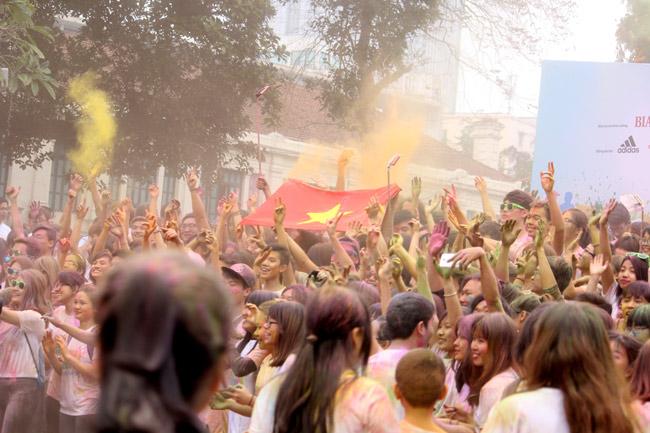 Giới trẻ thích thú ném bột màu chạy quanh Hồ Gươm - 14