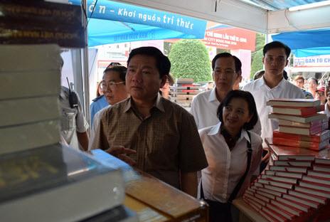 Bí thư Đinh La Thăng thăm Hội sách TP HCM - 2
