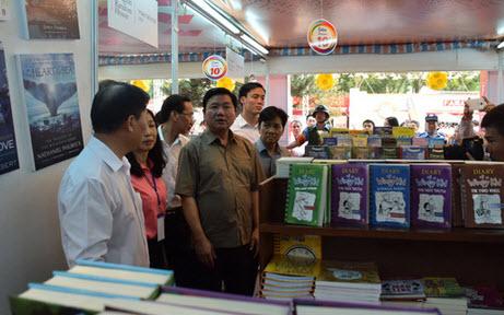 Bí thư Đinh La Thăng thăm Hội sách TP HCM - 3