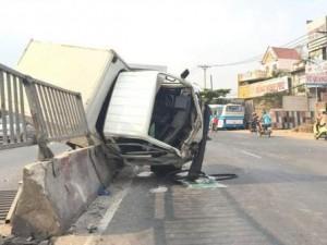 Tai nạn giao thông - Xe tải lật, mẹ thều thào nhờ cứu hai con