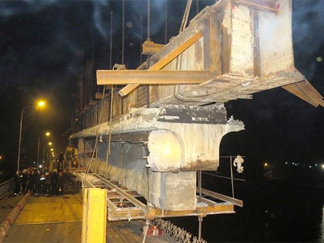 Nghẹt thở tháo dầm nặng chục tấn ra khỏi cầu An Thái - 1