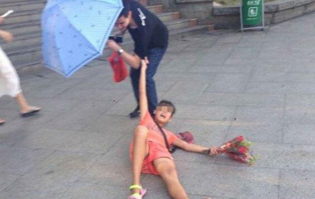 Choáng váng cô gái ôm chân ép khách mua hoa - 1
