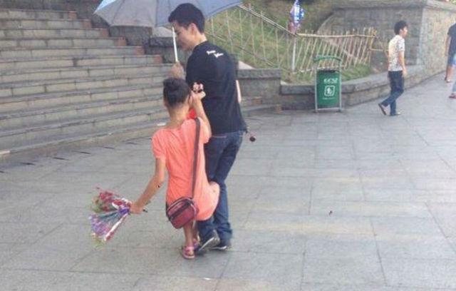 Choáng váng cô gái ôm chân ép khách mua hoa - 3