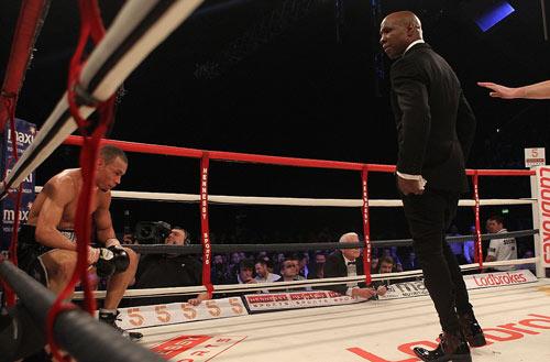 """Boxing: Cha xin con đừng """"phế võ công"""" đối thủ - 3"""