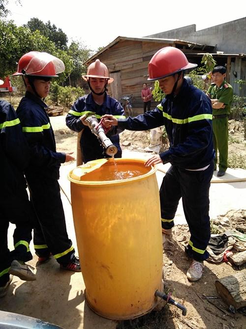 Xe cứu hỏa tiếp nước sinh hoạt khẩn cấp cho vùng bị hạn - 2