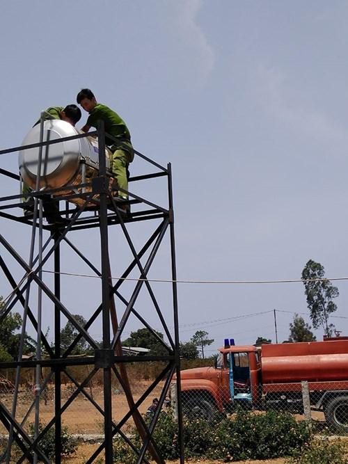 Xe cứu hỏa tiếp nước sinh hoạt khẩn cấp cho vùng bị hạn - 3