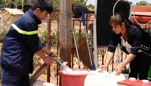 Xe cứu hỏa tiếp nước sinh hoạt khẩn cấp cho vùng bị hạn - 4