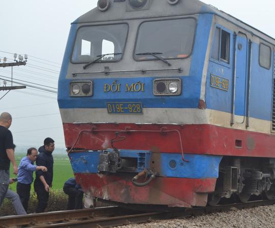 Tàu hỏa tông xế hộp biển Lào chở 4 người bay xuống ruộng - 2