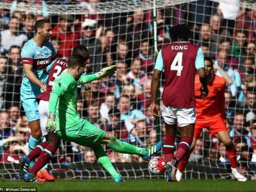 Pha ghi ban cua thu mon West Ham - 1