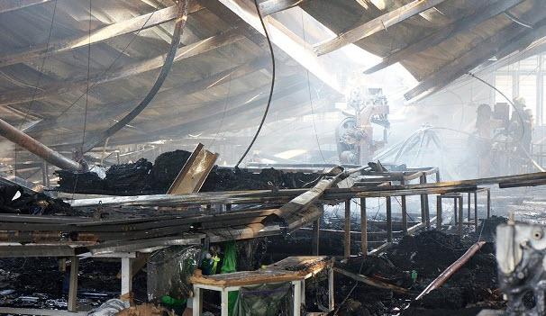 Cháy lớn, công ty may túi xách ở Sài Gòn bị đổ sập - 1