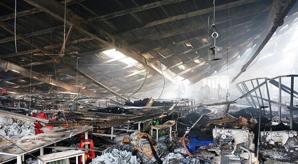 Cháy lớn, công ty may túi xách ở Sài Gòn bị đổ sập - 2