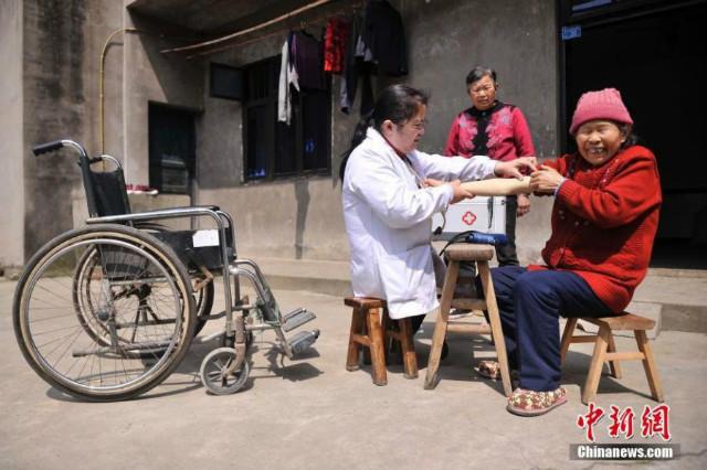 Cảm phục bác sĩ khuyết tật hết lòng vì bệnh nhân - 4