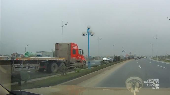 """Xe container phóng ngược chiều như """"điên"""" tại Hà Nội - 1"""