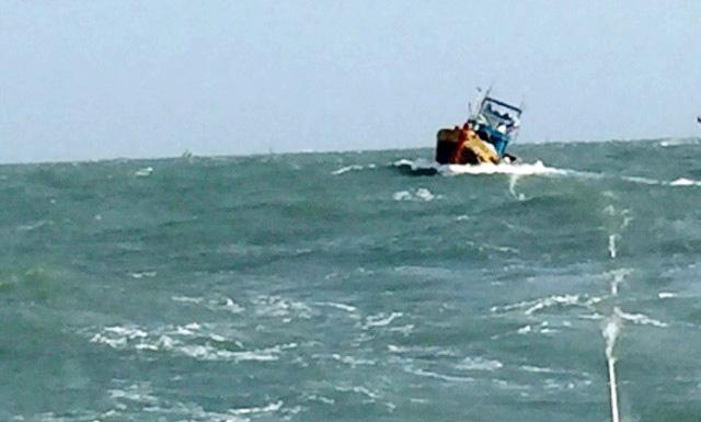 Cứu 7 ngư dân sau 2 ngày vật lộn trên tàu cá chết máy - 1