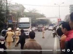Tin tức trong ngày - Clip: Xe tải bỏ chạy điên cuồng giữa vòng vây CSGT