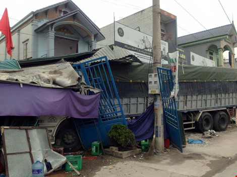 Xe tải mất lái tông sập 5 ngôi nhà - 1