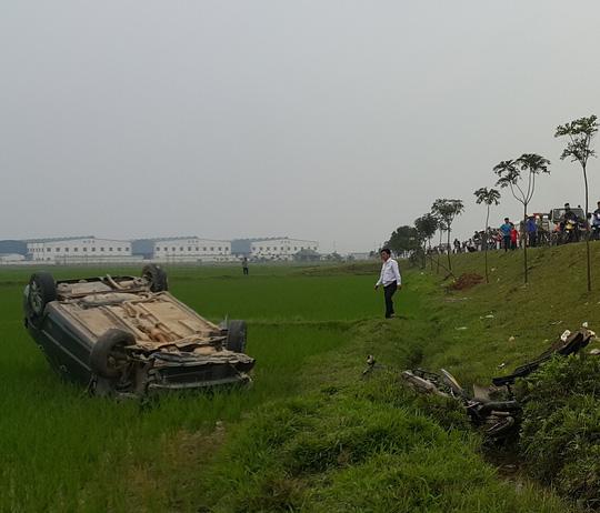 Xế hộp tông xe máy bay 10m, 2 người thương vong - 1