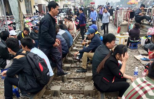Hãi hùng cảnh ngồi trên đường ray chờ khám bệnh ở Hà Nội - 2